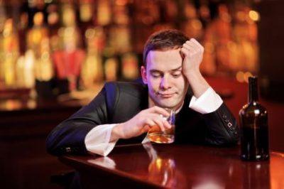 Пьет алкоголь