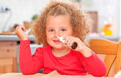 Ребенок закапывает нос
